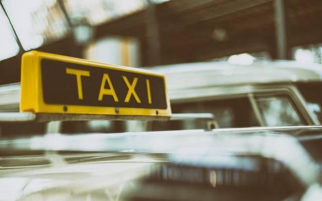 В Москве такси врезалось в столб, погибли два пассажира