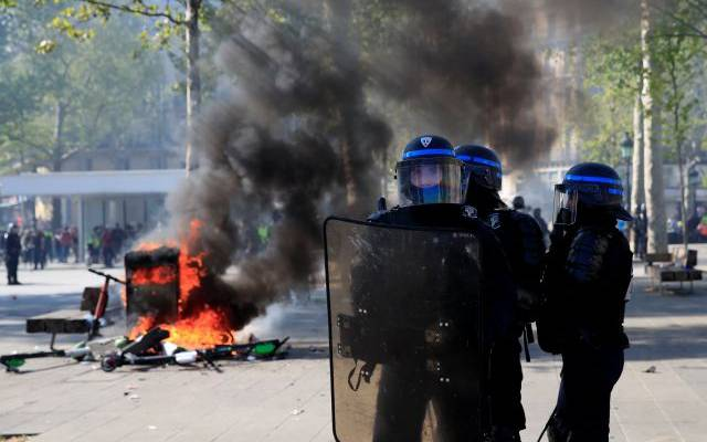 Во время протестов во Франции пострадали как минимум 14 полицейских