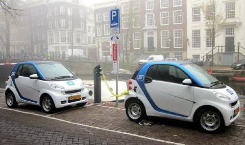 В столице Нидерландов решили запретить автомобили с ДВС. Но не сразу