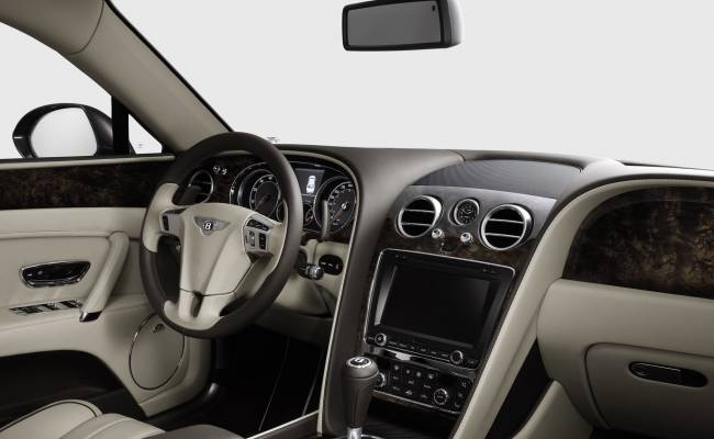 Новый Bentley Flying Spur сменил платформу, но не внешность