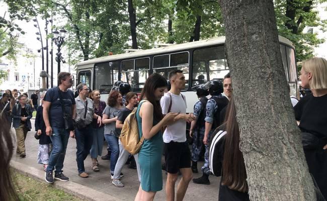 Задержанных на несанкционированной акции в Москве начали отпускать