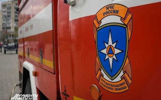 К тушению горящего склада в Москве привлекли пожарный поезд