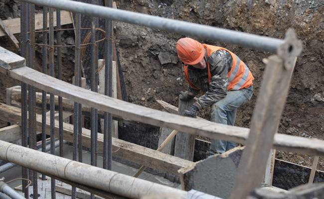 Во Владивостоке на улице Олега Кошевого начали строить надземный переход