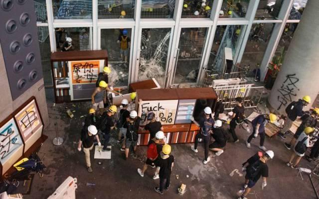 В Гонконге проходят акции протеста в торговых центрах и на станциях