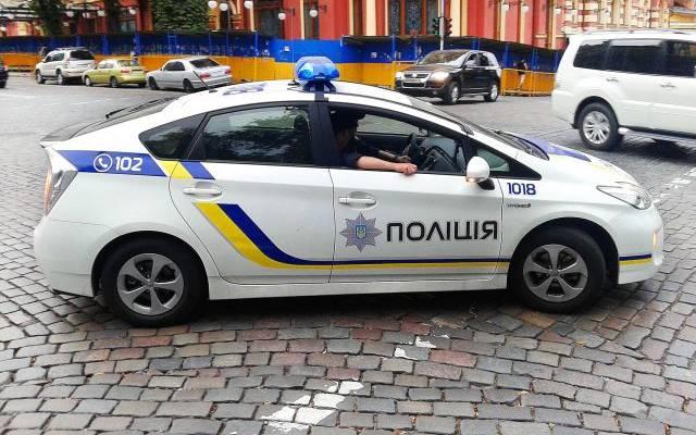 В Киеве неизвестный открыл стрельбу и угрожает взорвать мост