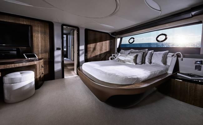 Lexus теперь не только ездит, но и плавает: бренд представил первую серийную яхту