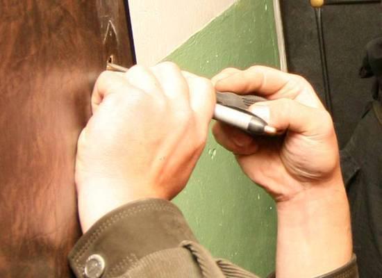 Юрист назвал незаконным разрешение на выламывание дверей приставами