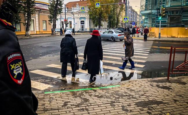 В Иркутске сигналы светофора для пешеходов впервые вмонтировали в асфальт