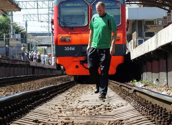 Пассажирам поездов запретили самостоятельно поднимать упавшие на рельсы предметы