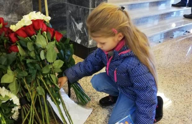 Терешкова заплакала у гроба Леонова