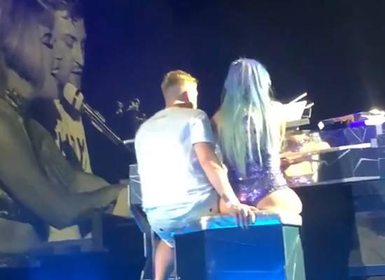 Леди Гага рухнула со сцены во время откровенного танца