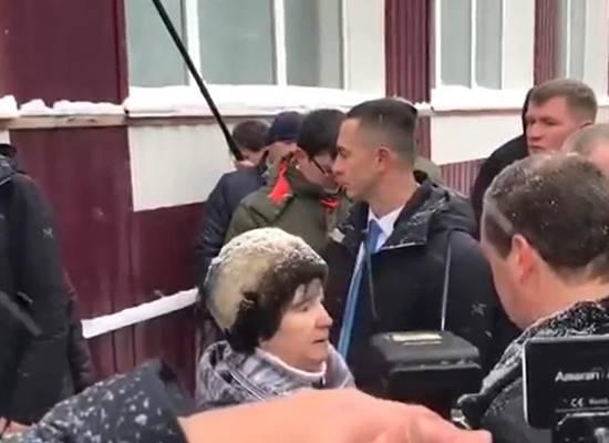 Вставшая на колени перед Медведевым пенсионерка заявила, что ее унизили