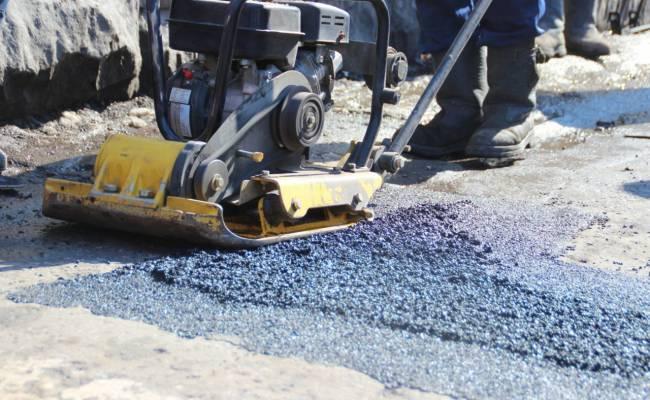 В Хабаровске идет ямочный ремонт дорог с применением холодного асфальта
