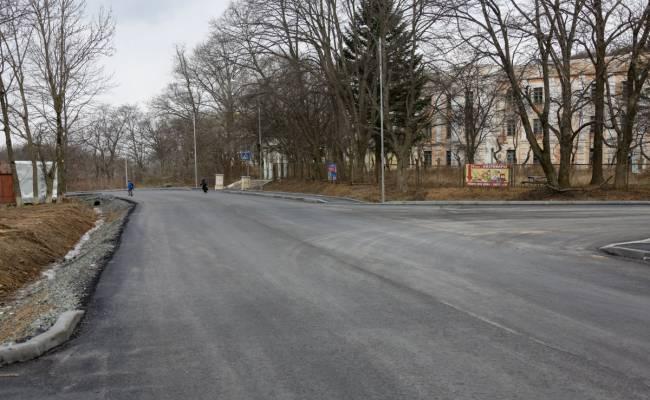 На Русском острове уложили около восьми километров нового асфальта