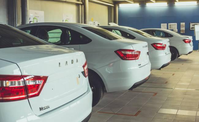 Объемы выпуска автомобилей в России рухнули в октябре