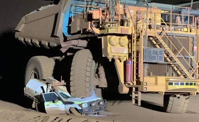 В Австралии водитель карьерного самосвала случайно раздавил личный Ленд Крузер (ФОТО)