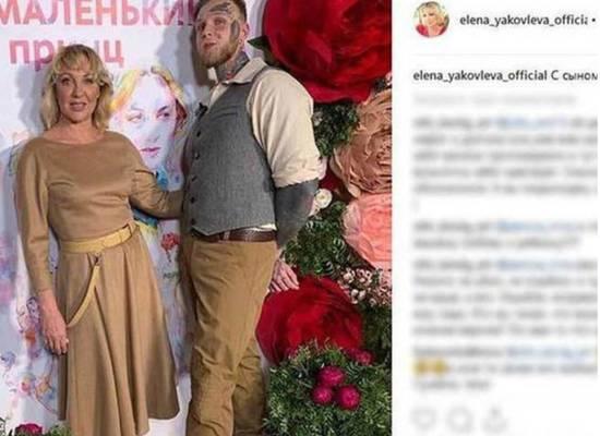 Оголившийся сын Елены Яковлевой показал торс в татуировках