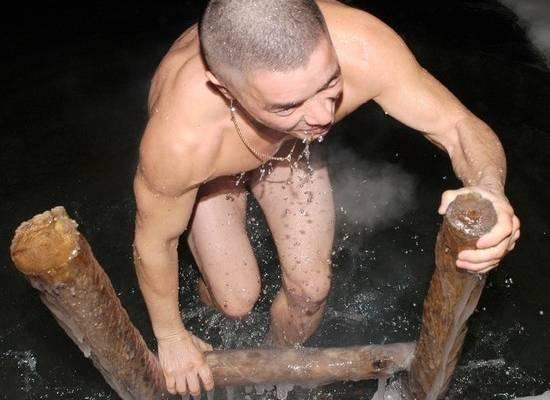 Минздрав посоветовал греться после крещенских купаний чаем