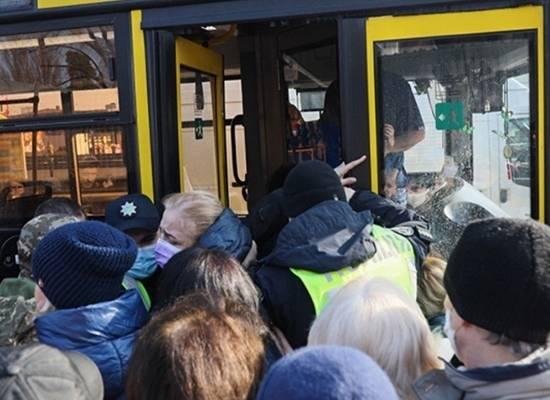 На Украине начали массово нападать на водителей из-за транспортного коллапса