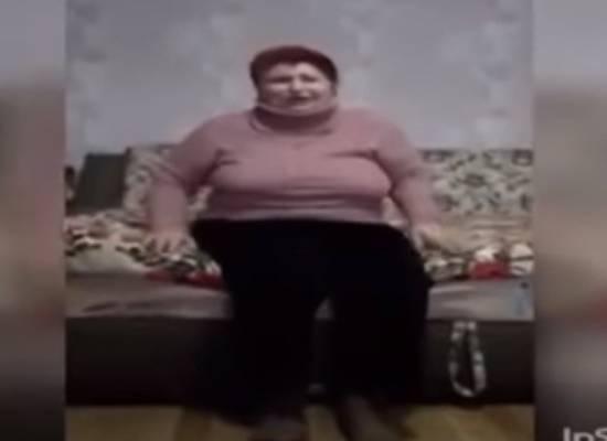 Жительница Украины, стоя на коленях, извинилась за распространение коронавируса