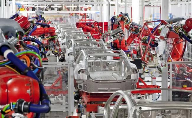 Американскому заводу Tesla разрешили работать после скандала, в котором поучаствовал даже Трамп