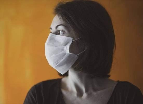Эксперты рекомендовали носить маски даже дома
