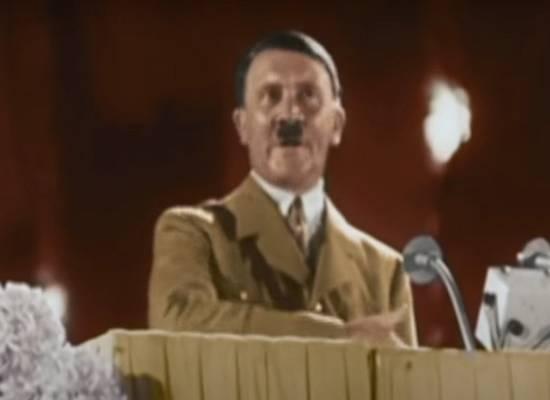 Бывший чиновник растянул гигантский плакат с Гитлером в центре Москвы