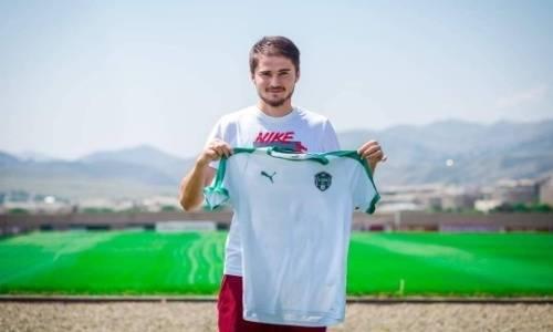 Казахстанский футболист официально перешел в зарубежный клуб