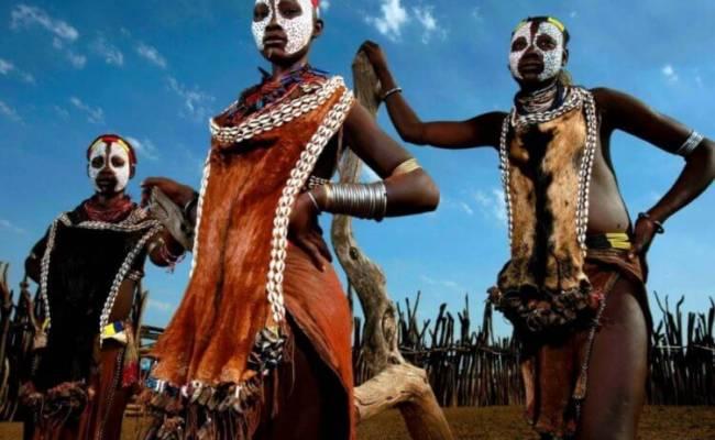 Как себя ведут аборигены при виде обычных людей?