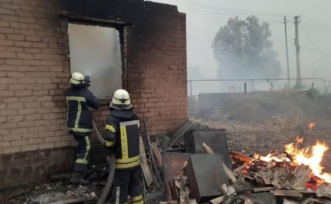 В Станице Луганской природный пожар перекинулся на улицу с жилыми домами