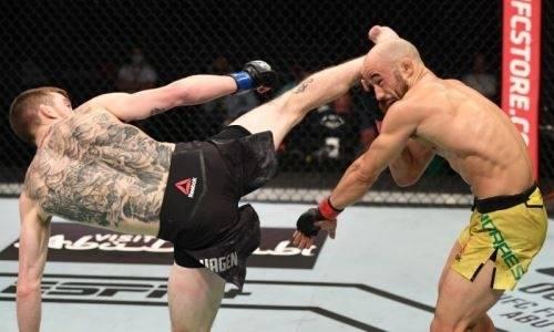 Главный бой турнира UFC закончился эффектным нокаутом после удара с вертушки. Видео