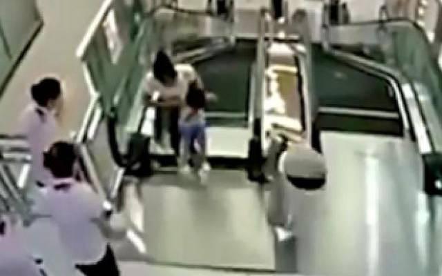 Прокуратура начала проверку после падения детей с эскалатора в ТЦ в Москве