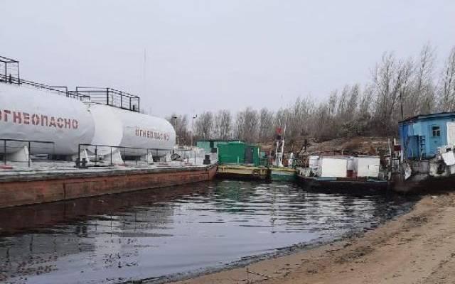 В Томской области по реке разлилась нефть после столкновения барж