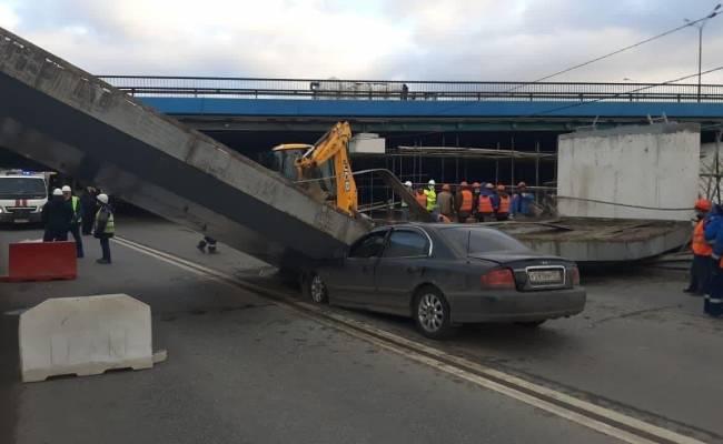 В Москве балка рухнула на дорогу и расплющила Hyundai (ВИДЕО)