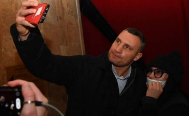 Кличко сделал селфи с поклонницей на похоронах Кернеса