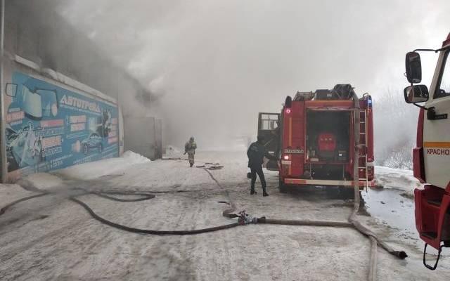 В Красноярске горит автомобильный склад