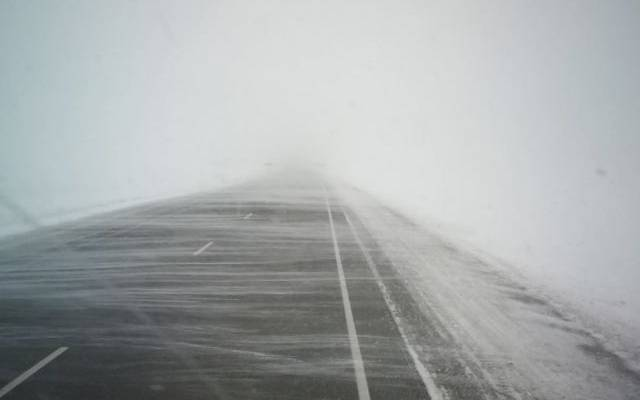 На Сахалине во время расчистки перевала от снега пропал водитель грейдера