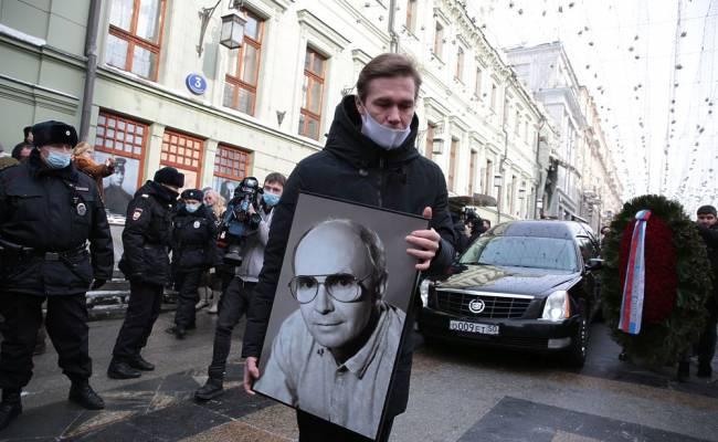 """Вдову Мягкова оскорбили слухи о бедности: """"Пенсия хорошая"""""""