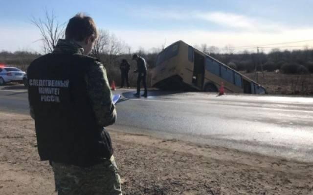 Новгородские следователи проводят проверку после ДТП со школьным автобусом