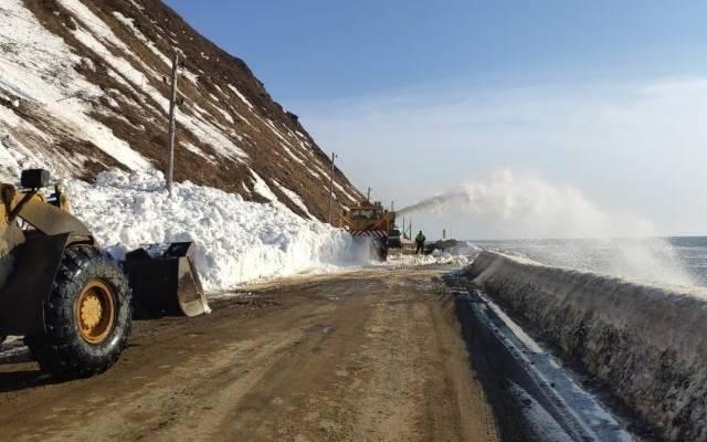 Один человек погиб в результате схода лавины на дорогу в Якутии