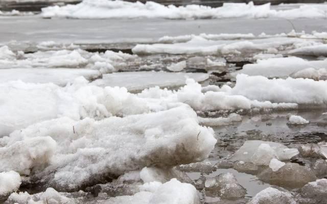 В Омске спасатели помогли упавшей в реку женщине