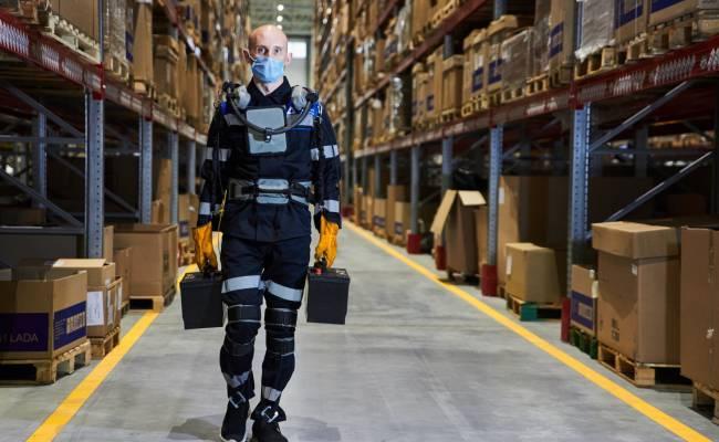 АвтоВАЗ запустил новый логистический центр и раздал сотрудникам экзоскелеты