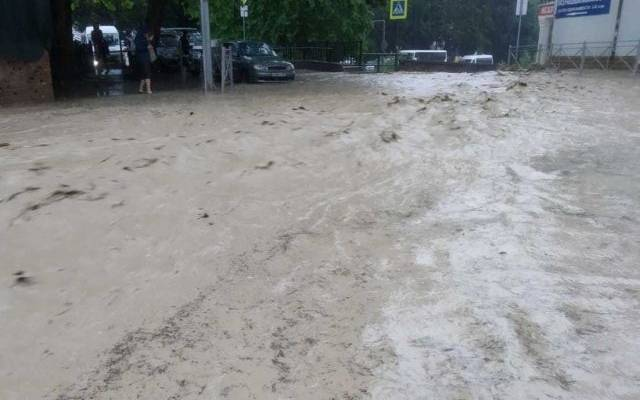 В результате наводнения в Ялте погиб человек