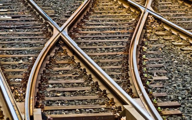 В Калужской области пассажирский поезд столкнулся с цементовозом