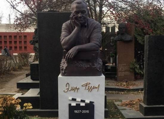 Памятник Эльдару Рязанову на Новодевичьем кладбище окрасился в розовый цвет