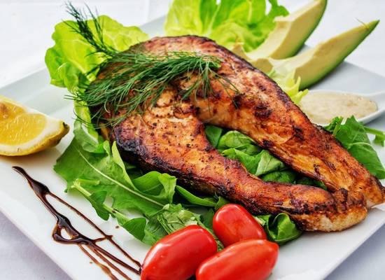 Диетологи перечислили наиболее полезные жирные продукты